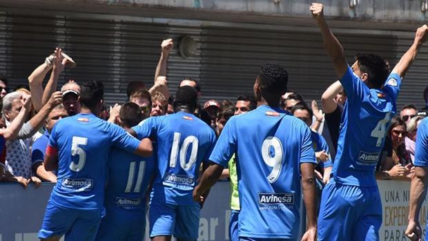 Los jugadores del Fuenlabrada celebran un gol ante el Recreativco