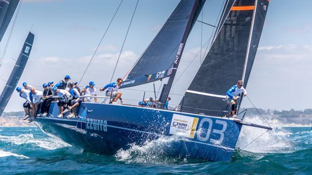 La embarcación Azzurra se coloca al frente de la clasificación en Puerto Sherry.