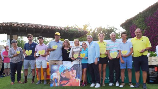 Los padres de Celia, en el centro, sin trofeos, con los ganadores de la jornada