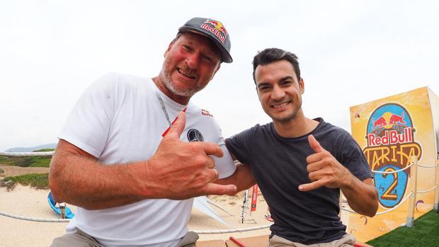 Björn Dunkerbeck, campeón 42 veces de windsurf, y Dani Pedrosa.