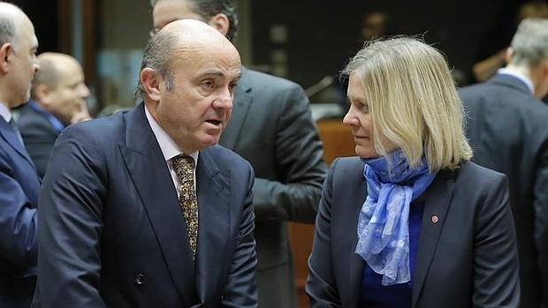 Luis de Guindos (i), conversa con la ministra sueca de Finanzas, Magdalena Andersson (d),