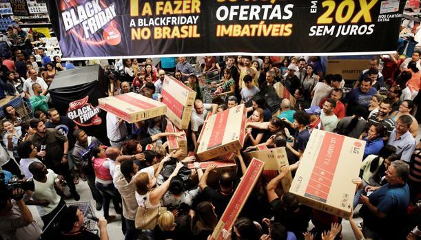 Clientes en un establecimiento de Sao Paulo en el «Black Friday» de 2016