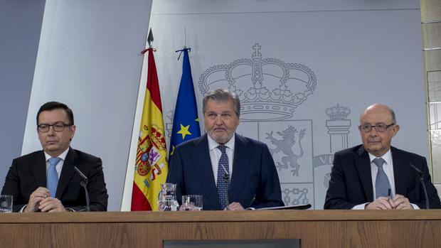 El ministro de Economía, Román Escolano, junto al portavoz de Gobierno y titular de Educación, Íñigo Méndez de Vigo, y el ministro de Hacienda, Cristóbal Montoro
