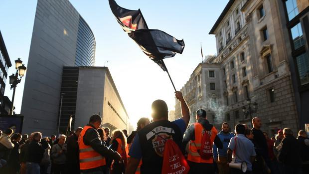 Decenas de taxistas en la calle Cedaceros, cerca del Congreso de los Diputados