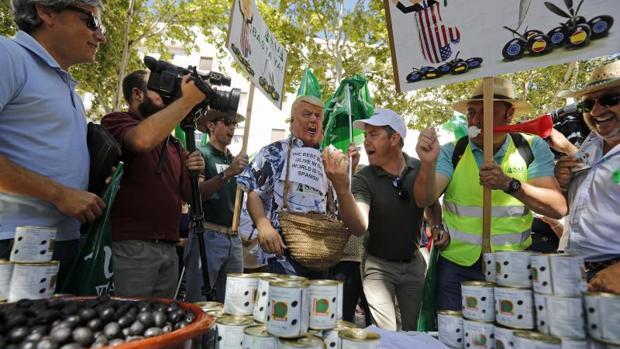 Los agricultores sevillanos protestan contra la imposición de aranceles por parte de Estados Unidos
