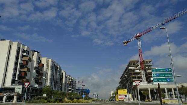Varios bloques de viviendas terminadas y por construir en un barrio residencial de Madrid