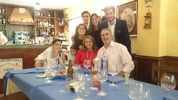 Montse García con su marido, hijos y una amiga en una celebración
