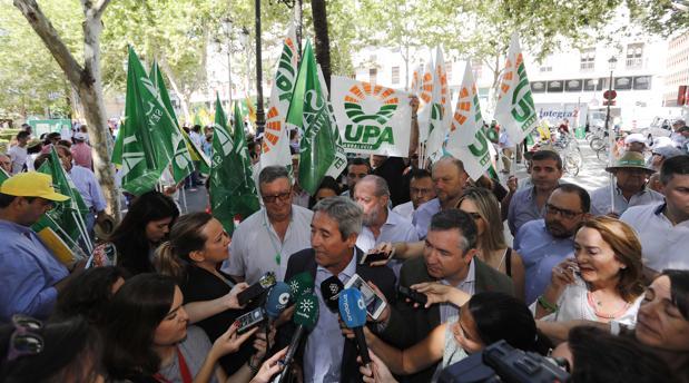 El secretario general de Asemesa, Antonio de Mora, hace declaraciones a los periodistas durante una protesta en Sevilla