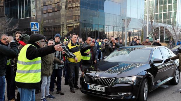 Protesta de taxista a un VTC en la última huelga del sector en Madrid (Foto de archivo)