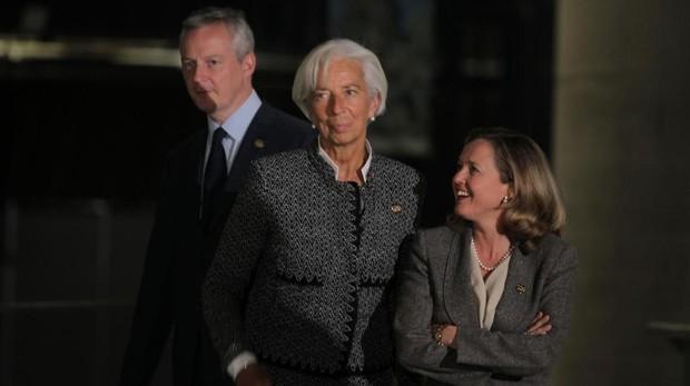 El ministro de Economía galo, Bruno Le Maire, junto a la directora gerente en funciones del FMI, Christine Lagarde, y la ministra de Economía española, Nadia Calviño