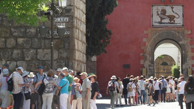 Turistas a las puertas del Real Alcázar de Sevilla