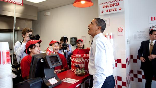 Siendo presidente de los Estados Unidos, Barack Obama hizo un paréntesis en su trabajo para pedir personalmente una hamburguesa en Five Guys