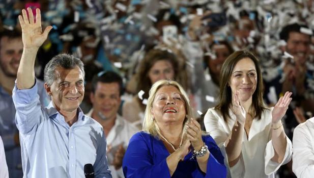 Mauricio Macri, junto a María Eugenia Vidal (d) y Elisa Carrió, en un acto de campaña, este martes en Buenos Aires