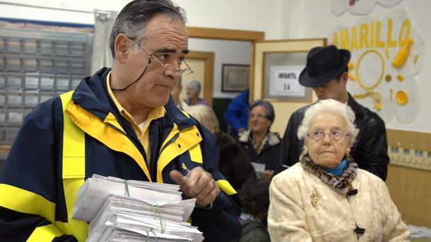 Un funcionario de Correos entrega los votos en una cita electoral andaluza