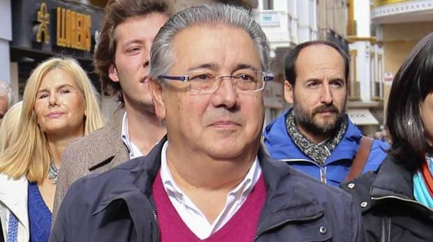 Juan Ignacio Zoido, número uno de la lista del PP por Sevilla, en un acto electoral en la calle Sierpes