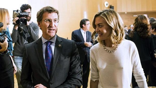 El presidente de la Xunta de Galicia Alberto Núñez Feijóo (i), junto a Marta Ortega, hija de la vicepresidenta de la Fundación Amancio Ortega, Flora Pérez