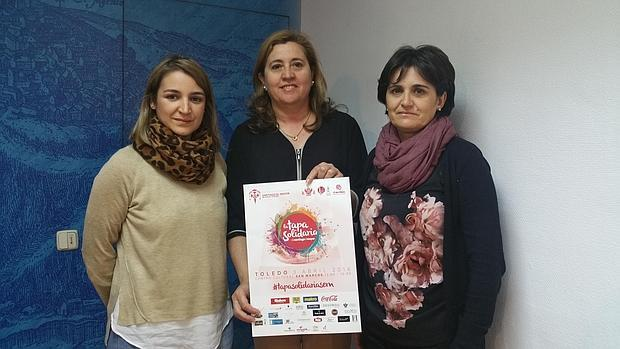 Las profesoras Ana García e Irene Fernández con Rosana Rodríguez, que sostiene un cartel del acontecimiento l