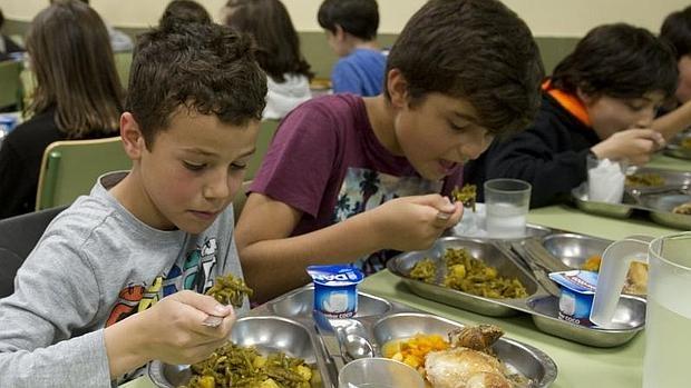 Alumnos del colegio Lourdes, ayer, comiendo judías verdes con patata y pollo asado con calabaza