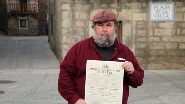 El catedrático de literatura y cultura española de la Universidad de Nueva York, James Fernández, con un documento de la época