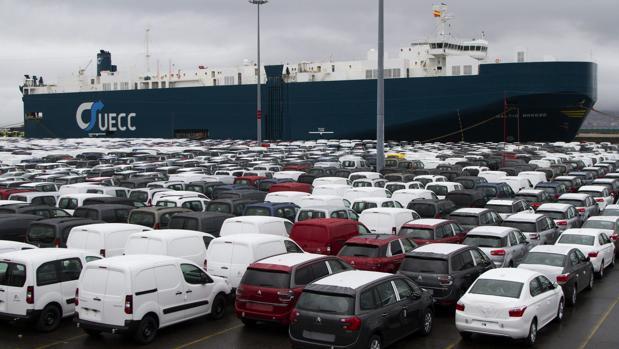 Una remesa de vehículos esperan a ser embarcados en el puerto de Vigo