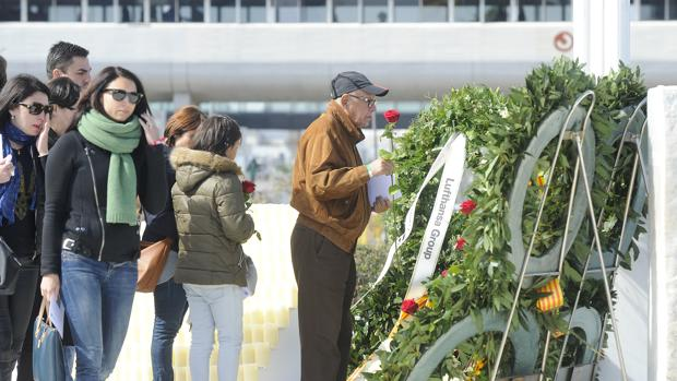 Familiares y amigos de las víctimas, en marzo de 2016 durante el primer aniversario del accidente