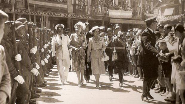 Eva Perón y Carmen Polo pasean por la plaza de Zocodover de Toledo