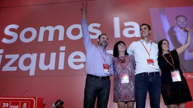 De izquierda a derecha, José Luis Abalos, Cristina Narbona, Pedro Sánchez y Adriana Lastra saludan a los delegados al comienzo del Congreso Federal del PSOE