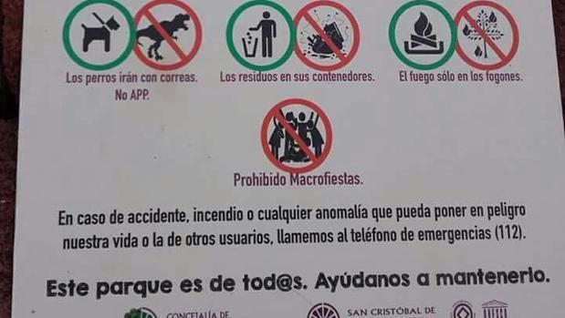 Cartel del Ayuntamiento de La Laguna sobre la presencia de animales domésticos en el parque Mesa Mota