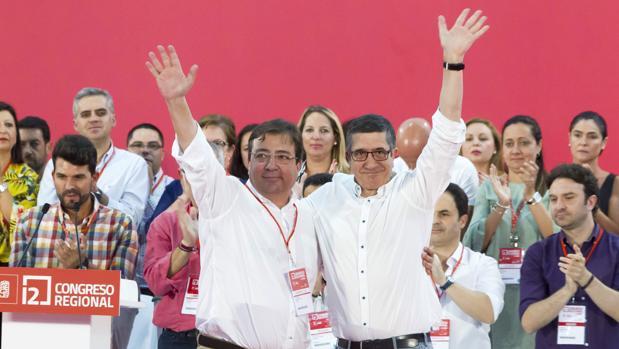 Patxi López (dcha) junto al reelegido líder de los socialistas extremeños y presidente de la Junta, Fernández Vara (izda)
