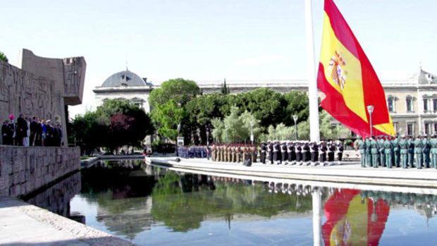 Bandera de España desplegada en la céntrica plaza madrileña de Colón