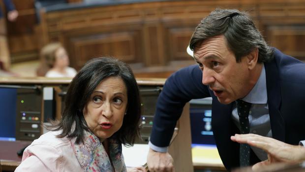 Margarita Robles y Rafa Hernando, ayer, en el Congreso de los Diputados