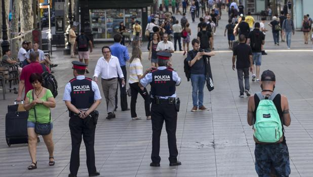 Dos agentes de los Mossos d'Esquadra en La Rambla de Barcelona