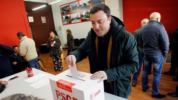 Formoso deposita su papeleta en la urna, en la jornada de primarias del PSdeG en La Coruña