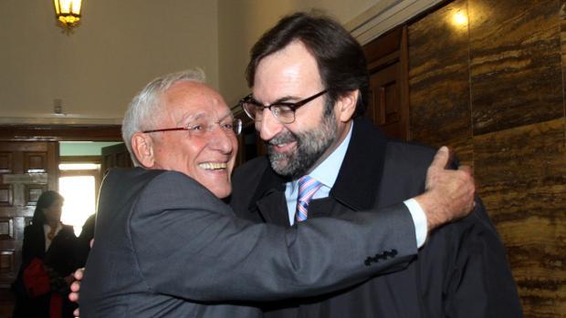 Atilano Soto y Manuel Escribano se saludan antes de prestar declaración ante la Fiscalía, en una imagen de archivo