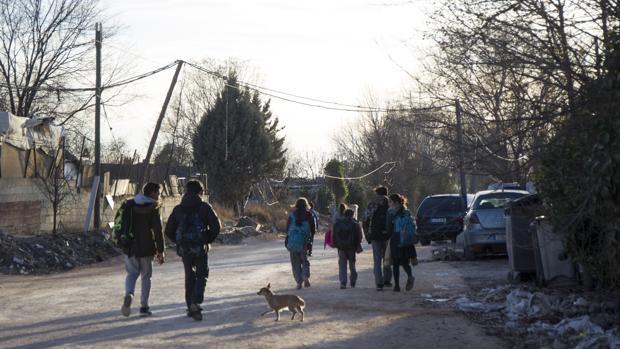 Un grupo de menores camina por el poblado chabolista de Valdemingómez