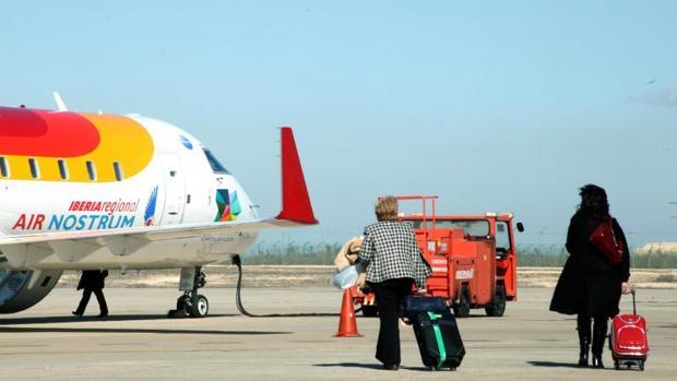 Dos viajeras se dirigen a un avión de Air Nostrum