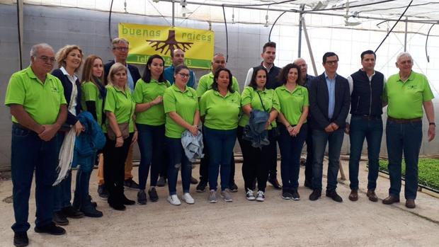 Andrés Rodríguez, primero por la izquierda, y grupo de empleadas, socios, autoridades y vicepresidente canario