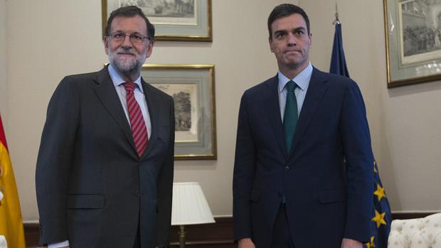 La tensión se masticaba en esta reunión de Rajoy y Sánchez en febrero de 2016, durante el bloqueo