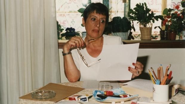 A autora posa na mesa onde escribía, arredor do ano 2000