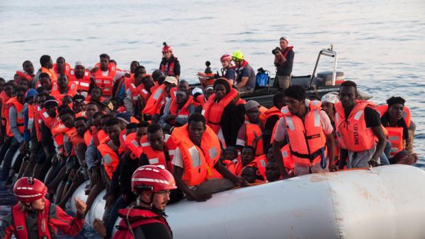 Varios inmigrantes rescatados, ayer, en aguas internacionales del Mediterráneo a bordo del barco holandés Lifeline