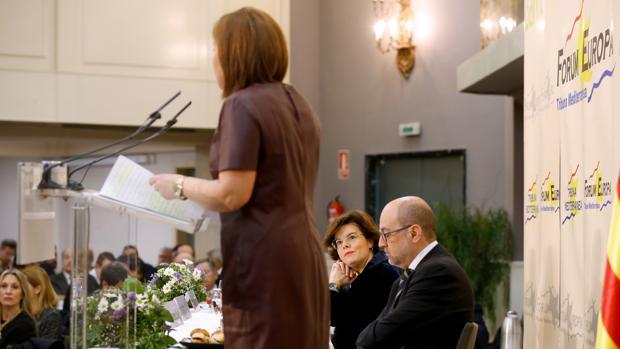 Soraya Sáenz de Santamaría observa a Isabel Bonig en un acto celebrado en Valencia el pasado mes de enero