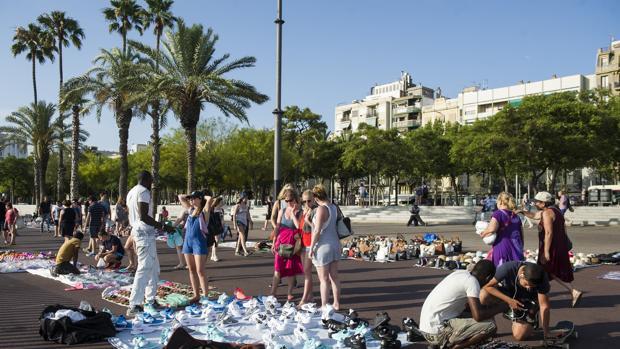 Decenas de manteros en las calles de Barcelona