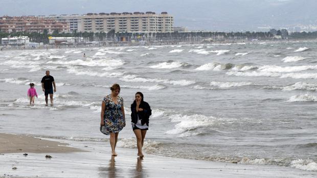 Imagen de archivo de una de las playas de Valencia dónde se han notado las temperaturas