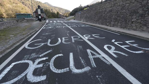 Pintadas en una carretera del Pirineo francés para protestar por la suelta de más osos pardos. «Guerra declarada», reza la pintada sobre el asfalto
