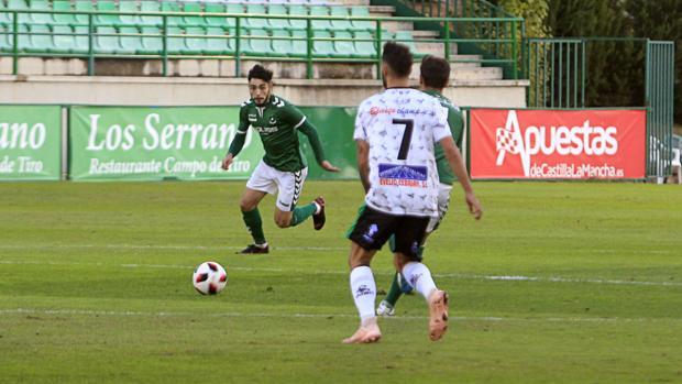 Dani García intenta llegar al balón