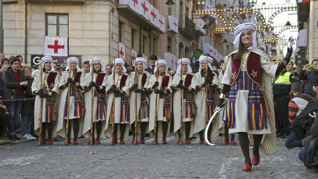 Una «filà» de mujeres en las fiestas de Moros y Cristianos de Alcoy
