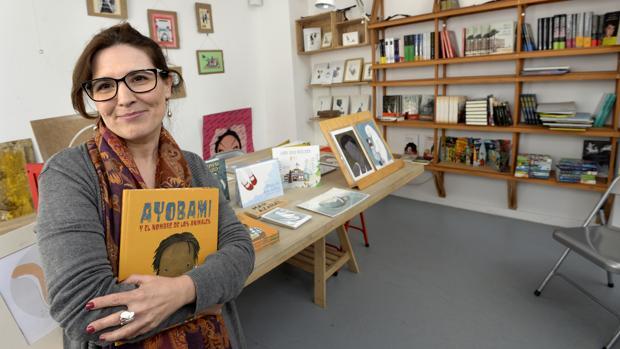 Mar Azabal, en La Madriguera de Papel, la librería de Toledo donde imparte un taller de ilustración
