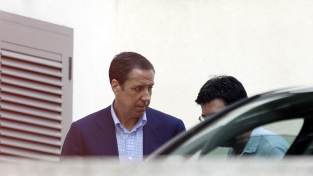 Eduardo Zaplana, con agentes de la UCO