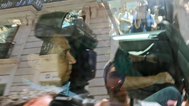 Zaplana trasladado en un coche policial