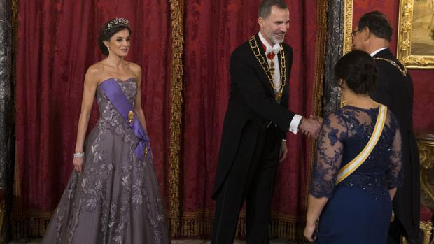Los Reyes reciben al presidente de Perú, Martín Vizcarra, y a su esposa, en el Palacio Real